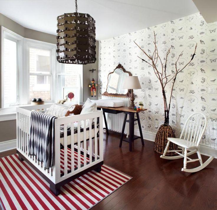 chambre blanche décorée de papier peint animaux et tapis rayé