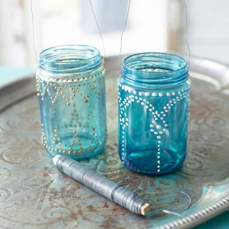 Gamla glasburkar har vi nog allihopa hemma. Se vilka fina saker du kan göra med dem! Det här är det väldigt enkelt pyssel, och ljuslyktan blir vacker att hänga upp i trädgården eller på en fin plats inomhus.
