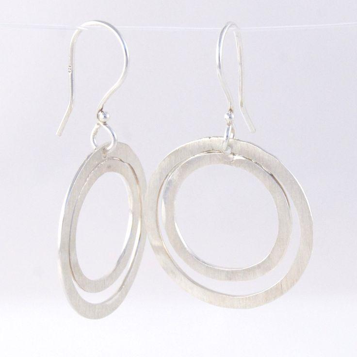 Lækre enkelte øreringe med to bankede ringe på ørekroge i 925 sterling sølv. Vores meget populære dobbeltringede øreringe, er enkelte og klær nærmest alle. Ringene er banket og slebet med diamantsvamp som gør dem rå i overfladen. Ringene er banket i hånden og små forskelligheder i størrelserne kan forekomme, sådan er det med smykker fra hjertet til hånden til dig. Pris: 450,- Køb dem i vores webshop: http://www.vitavita.dk/produkt-kategori/flotte-bankede-dobbelt-oxyderede-soelvoereringe-paa