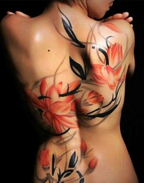 Tribal Blumen Tattoo Frau Rücken