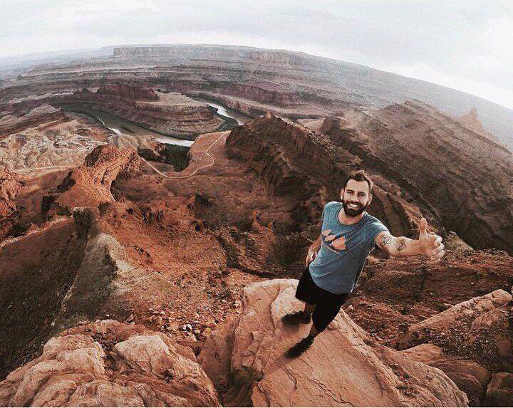 O nosso colunista @isthisreal começou na semana passada um mochilão de 3 meses pelos Estados Unidos . Essa semana ele tá viajando de carro pelo estado de Utah. Essa foto foi no Dead Horse Point localizado perto da cidade de Moab. A região é perfeita para aqueles que gostam de aventuras ao ar livre na região existem inúmeros pontos de escaladas e é possível alugar quadriciclos jeeps para explorar o parque. Compartilhe você também suas dicas e fotos com a gente usando a hashtag #blogmochilando