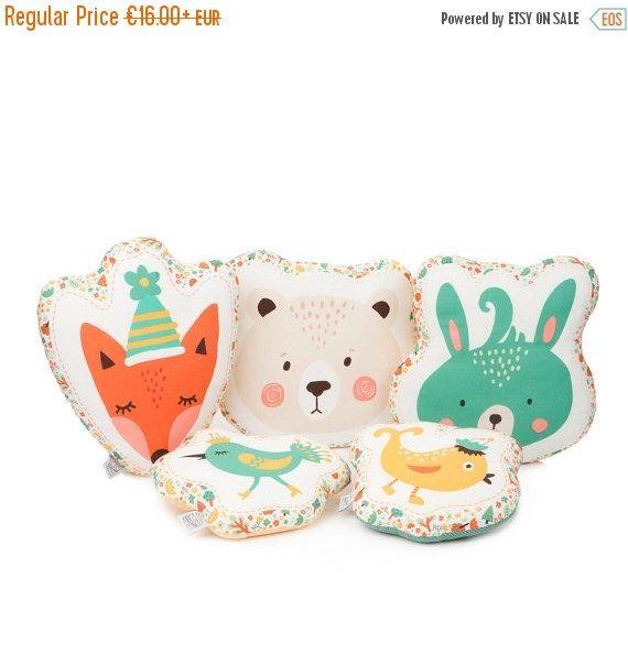 Fait à la main animaux coussins décoratifs - renard, ours, lapin ou oiseau oreillers.  Vous pouvez également choisir le tissu sur la face arrière de l'oreiller - TURQUOISE ou JAUNE avec des points blancs diamants (DERNIÈRE PHOTO).  Tissu 100 % coton sur les deux côtés des oreillers et fibre hypoallergénique poly insert de remplissage.  Dimensions:  Fox - 29 x 36cm (11,5 cm x 14 cm) Ours - 35 x 30 cm (14 x 12) Bunny - 32 x 32 cm (12,5 cm x 12,5 cm) Oiseau - 27 x 23 cm (mm 10,6 x 9)  Lavage…