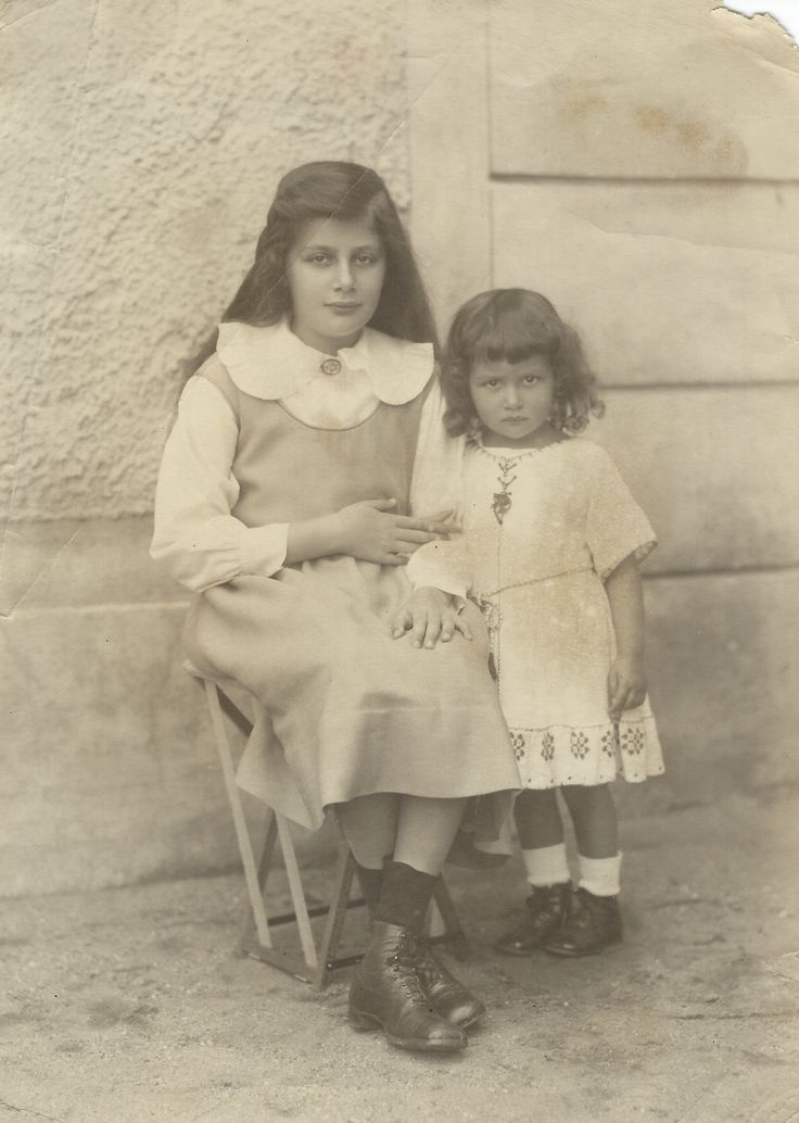 Maria Altmann as a child with her aunt Adele Bloch-Bauer