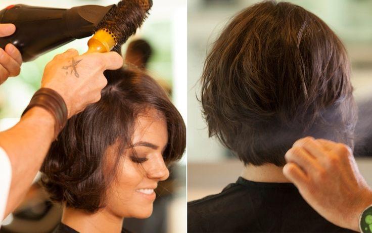 Aplique spray salino, que dá volume aos cabelos mais finos e ajuda a mostrar as camadas do corte. Já a escova é usada apenas para modelar as pontas