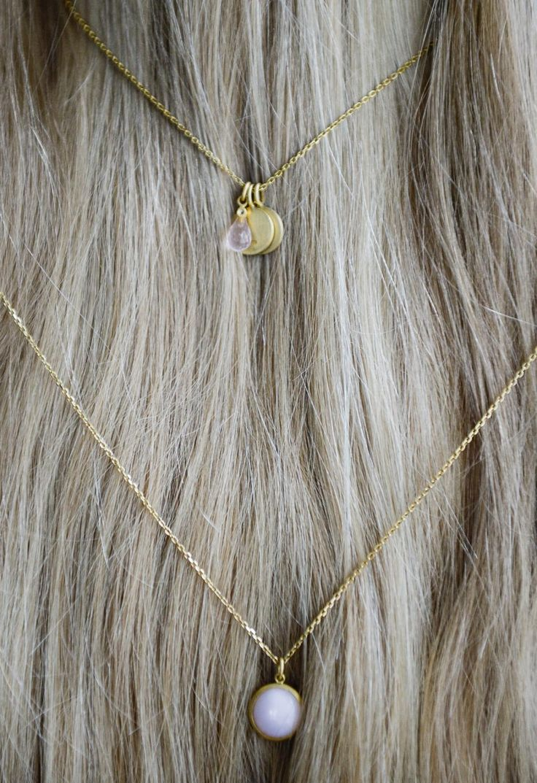 Pink details #jewelry #hvisk #hviskcollection #hviskjewelry #stylist #hviskstylist #blonde #long #hair #longhair #scandinavian #closeup #hairstyle #straighthair #necklace #pendant #pendants #pink #rose #gold #letterpendant #light #closeup #photography