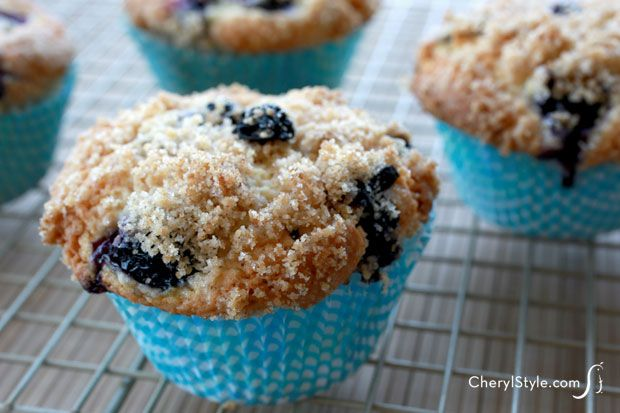 Enjoy a yummy breakfast with the best blueberry crumble muffins recipe | CherylStyle.com