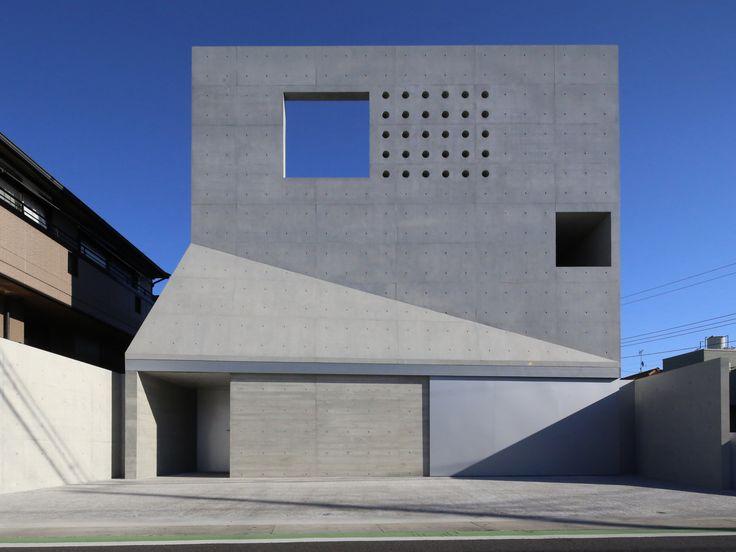 House in Tsudanuma by fuse-atelier / 日本千葉縣習志野市的混凝土住宅,坐落於住宅區和商業區的邊緣,為了保有室内隱私和隔絕戶外噪音,看似封閉的外觀主要開口朝上,沿著樓梯天井採集來自上方的天光。