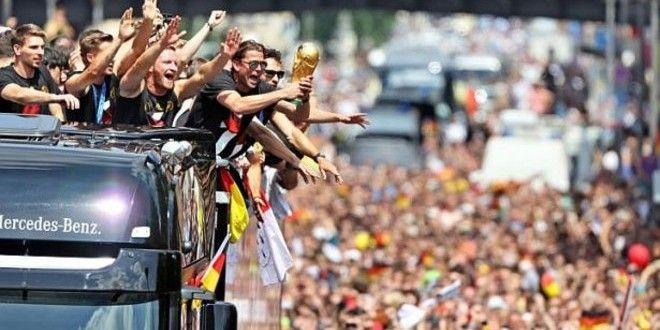 Trofi Piala Dunia 2014, dirusak oleh pemain Timnas Jerman