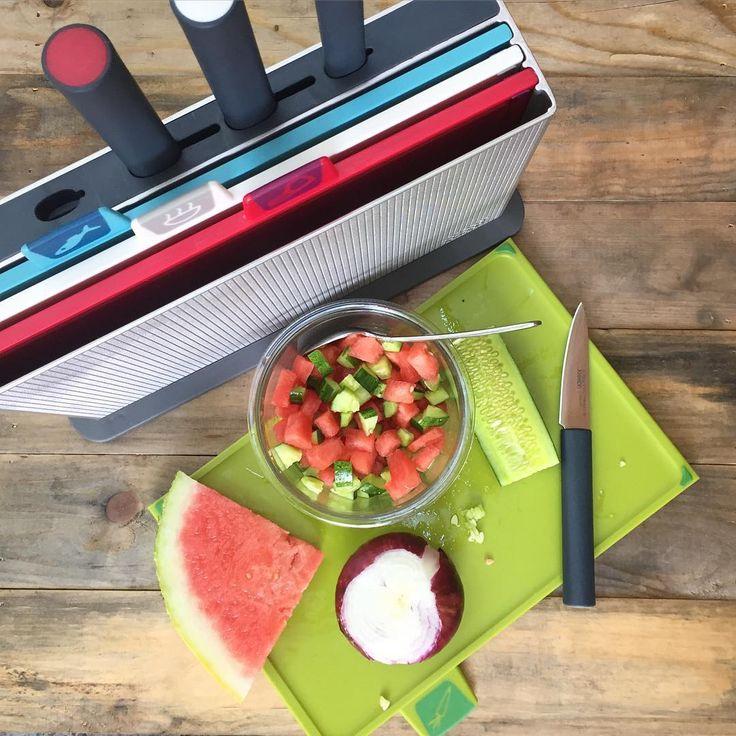 Stojan (ABS plast s texturovaným povrchem) se sadou 4 polypropylenových prkének s protiskluznou úpravou a 4 noži.  Každé se značkou určující oddělené užití (ryby, zelenina, syrové maso, vařené potraviny) a nově i s tvarovaným povrchem:  - červené prkénko s drážkou pro odvod šťávy z masa - bílé prkénko s drážkami  - modré prkénko s protiskluznou úpravou pro snadnější krájení ryb  - zelené prkénko se šikmým povrchem pro odvod šťávy z krájené zeleniny.   Nože příslušící k prkénku označeny b