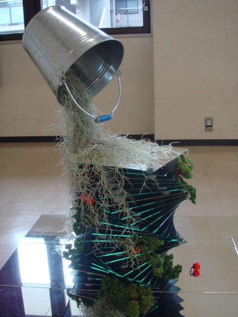 エコロジカルデザイン(ecolodcaldcsign)素材 300×300のミラー60枚。スパイラルに重ねたミラーにはパセリと花ナスを使用した野菜工場。他、エアープランツのチランジア・ウスネオイデスとキセログラフィカを使用。