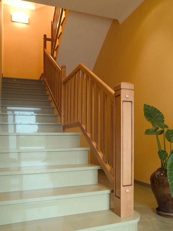TORNEADOS FUENTESPALDA / Barandillas y escaleras de madera, forja, hierro, acero inoxidable y cristal   » Barandilla en madera de haya teñida con balaustres en forma de tabla