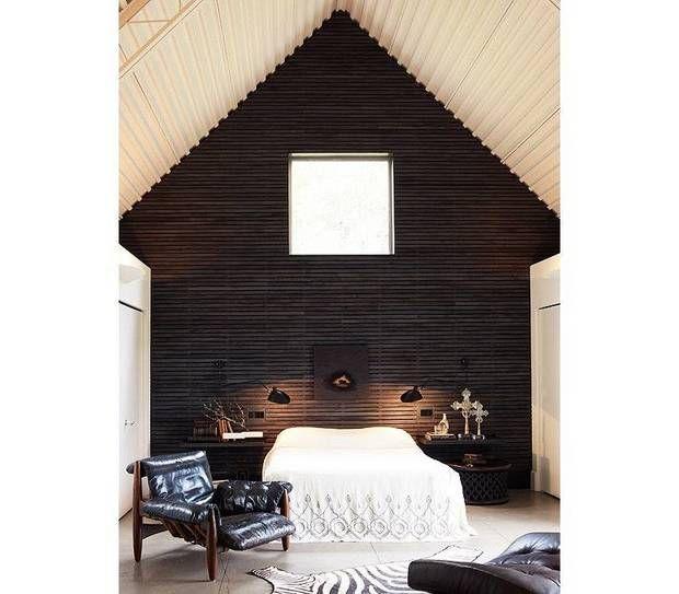 деревенский интерьер черные стены в спальне с белой кровати