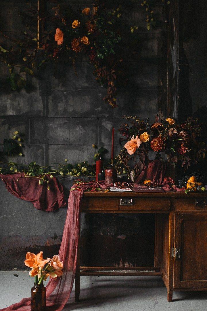 Сегодня вас ждет очарование глубокой палитрыпоздней осени и декор, словно сошедший со старинных натюрмортов. Страстные, терпкие, словно хорошее вино, снимки этой фотосессии открывают новые гранитемной цветовой гаммы,подчеркивая мягкость, нежность и чувственность влюбленной пары.