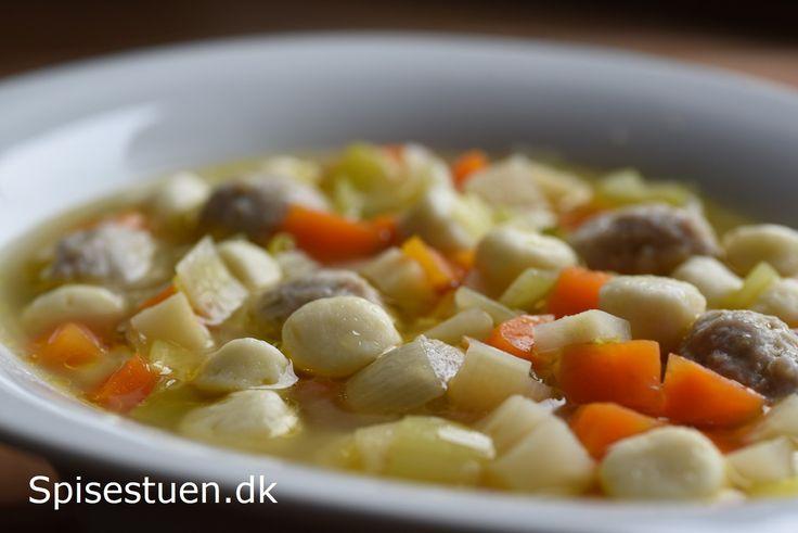 Jeg fiklavetbasissupper til fryseren i sidste uge. Der er hønsekødssuppe, okseskødssuppe og grøntsagssuppe. Man kan bruge lige den slags, som man godt kan lide til den her suppe :-) Jeg har brugt…