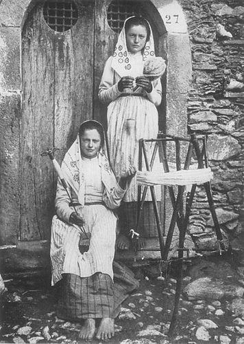 Sicilian girls making yarn, early 1900s