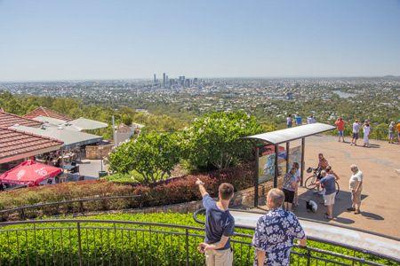 Mount Coot-tha Lookout - der Aussichtpunkt am Ortsrand von Brisbane bietet schönen Aussichten auf die Stadt, den Brisbane River und bei gutem Wetter auch aufs Meer. Mit dem öffentlichen Bus ist der Ausguck einfach vom Stadtzentrum erreichbar.