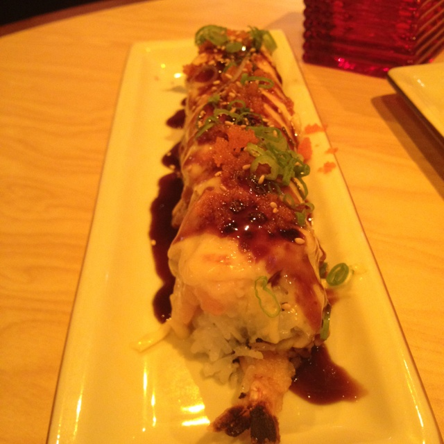My boyfriend's all time favorite sushi roll - sumo roll from Benihana. He said the reason he love this roll is because it's big and has lots of fattening ingredients. I would have to agree, and that's why I only eat 1 or 2 pieces. It's pretty good though!