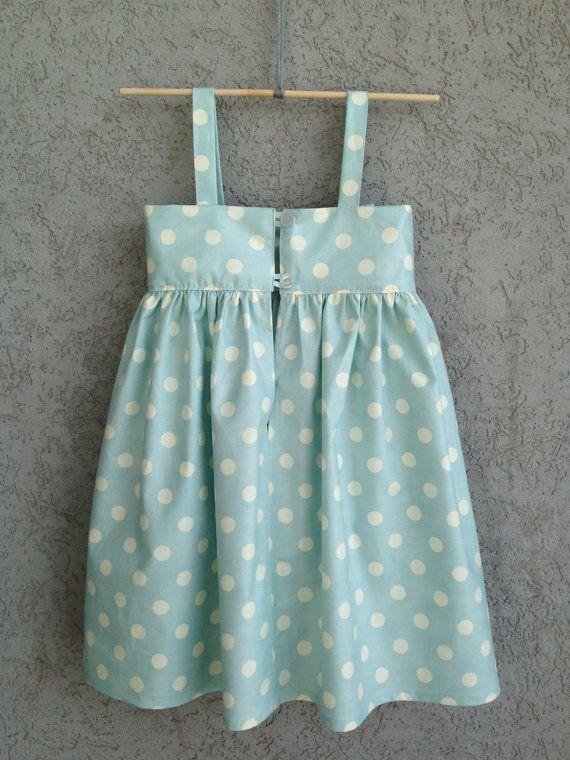 Este adorable, atemporal, gran arco vestido es perfecto para su pequeña dama elegante! Este vestido se hace de alta calidad, tela de diseño. Su poco uno se lleva algo que es verdaderamente uno de una clase! Hay un botón en la parte posteriora para los tamaños 0-3 meses hasta 12-18 meses y los dos botones durante 18-24 meses y 2 T. Estos vestidos se realizan personalizados así que por favor espere 2-3 semanas para su vestido y enviado (que tarda unos 3-4 días).  Tamaños:  0-3 meses (17 pecho…