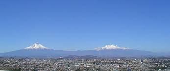 Dos de los volcanes más altos del hemisferio Norte en América, son el Popocatépetl y el Iztaccíhuatl .  Cuenta la leyenda que existía un cacique tlaxcalteca que tenía una hija, Iztaccíhuatl, que estaba enamorada de un guerrero: Popocatépetl, que iría a luchar contra los aztecas.  Un amante despechado le comunica a Iztaccíhuatl que Popocatépetl murió durante la batalla y, su pena, la hace morir.  Al regresar Popocatépetl de la guerra, se lleva a su amada a un cerro muy alto y, ahí, la vela
