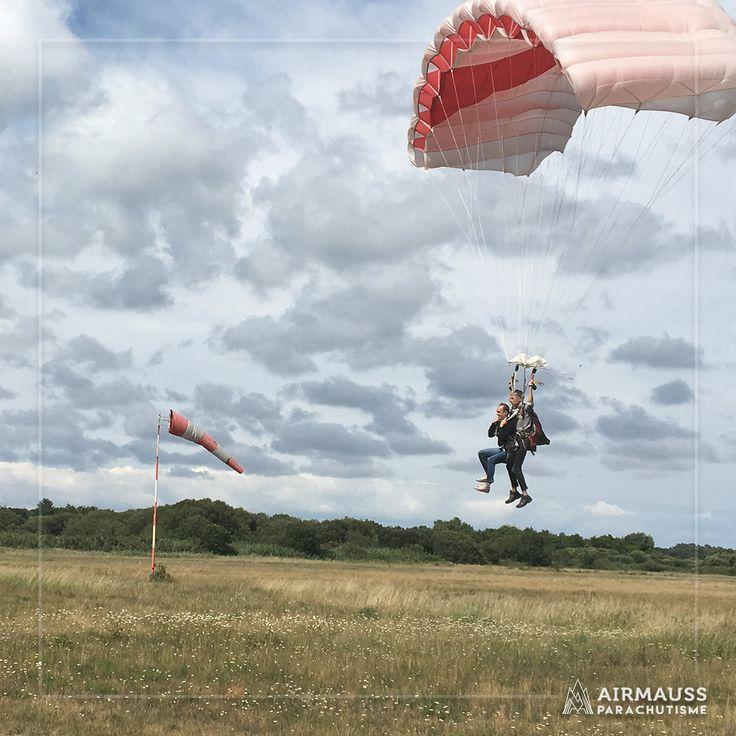 Terre en approche ! On relève bien les jambes pour un atterrissage en douceur après cette balade sous voile 👌  https://air-mauss.com/fr/ou-sauter/8-bordeaux-montalivet.html