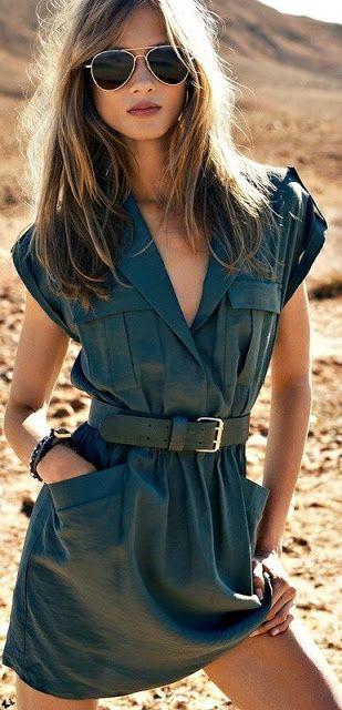 Feltétlenül vidd magaddal az ingruhádat, ha sivatagba készülsz!!!! :D :D :D komolyra fordítva: egy zsebes, vállapos fazon egy széles bőrövvel és férfias napszemüveggel viselve igencsak határozott összhatást teremt. Egy ilyen szettben még akkor is magad mögé képzelheted a terepjárót és a kaktuszokat, ha valójában nincsenek is ott. :)