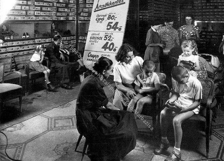 1953 . Árleszállítás az Úttörő Áruház cipőosztályán,