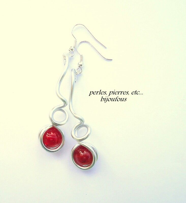 Boucles d' oreilles, perles en verre et fil d'aluminium. Fait main sans nickel.