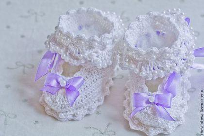 Купить или заказать Пинетки для новорожденных ' бантики ' в интернет-магазине на Ярмарке Мастеров. Если вы ждете рождения малыша?Или вам нужен подарок для маленькой крошки? Пинетки для новорожденных - первые миловидные башмачки ,сделают их обладательницу еще прекрасней . Мягкая пряжа из натурального хлопка , самый нежный материал для пинеток и маленьких ножек.Отделка бусинками , атласными лентами и нежными маленькими бантиками , подчеркнет свой неповторимый стиль.