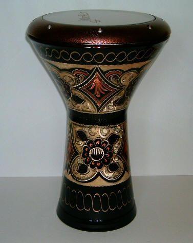 DARBUKA: Instrumento de origen árabe que tiene el parecido del tambor con forma de copa que produce su sonido golpeando la membrana que es de plástico. Generalmente es acompañado por otros instrumentos de percusión. Lo que más me llama la atención de este instrumento son las decoraciones que tiene en toda la copa.