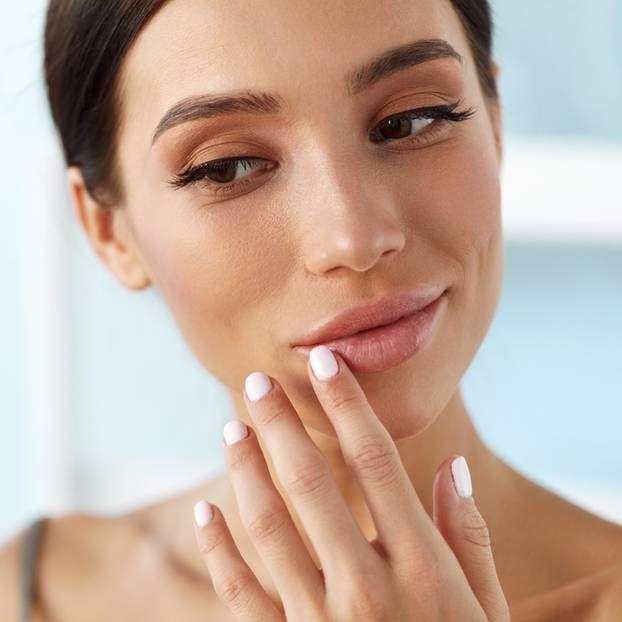 Brüchige Fingernägel sind unschön und nerven! Hier kommen die besten Tipps, um brüchige, dünne, weiche und gerillte Nägel wieder in den Griff zu bekommen.