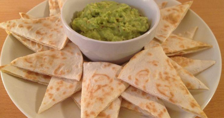 Goda ostfyllda tortillia med krämig avokadoröra. Lätt att slänga ihop som förrätt till middagsbjudningen eller som snacks till filmkvällen.