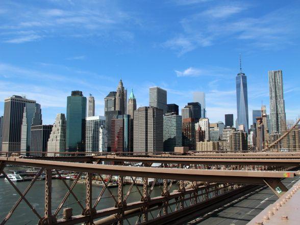 """""""Concrete jungle where dreams are made of"""", zong Alicia Keys al. Net als """"no place in the world that could compare"""" en """"these streets will make you feel brand new"""". Een beetje cliché, maar ik kan het wel beamen. New York leeft 24 uur per dag en straalt een enorme energie uit die je meteen in zijn greep neemt. Van de opvallende neonreclames op Times Square tot iconen als het Empire State Building, Central Park en de Brooklyn Bridge. Je raakt er niet uitgekeken. Let's hear it for New York!"""