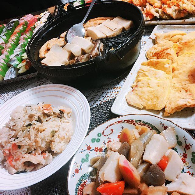 . . . 私のお正月の楽しみの1つ ばぁばのお料理。 今年もごちそうが溢れてました🤤 煮しめ うま煮 なます 山菜おこわ すり身の味噌汁 かき揚げ サラダ 煮卵 お寿司……わわわっ もー次から次へとお料理が出てくるから 写真1枚には収まりきれませんでした🙄 全部美味しかった。全部美味しかったんだけど カニカマとネギ入りの玉子焼きが1番美味しかった。 お腹はちきれそう。 最早ビュッフェや。幸せです。 . #正月料理 #おせち #ばぁば