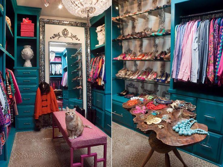O que antes era um quarto em uma casa de Charleston-style é agora um elegante, vestiário cerceta / closet, graças a Nicole Norris, ASID, NCIDQ. A cor turquesa alegre foi escolhido para o built-ins e equilibrado, com um luxuoso tapete com estampa de leopardo. Outros toques glamourosas incluem um cristal lindo e cânhamo candelabro, hardware gaveta espumante, uma parede estofados de tecido por trás das prateleiras de sapatos de vidro e um espelho de corpo inteiro feito sob medida.