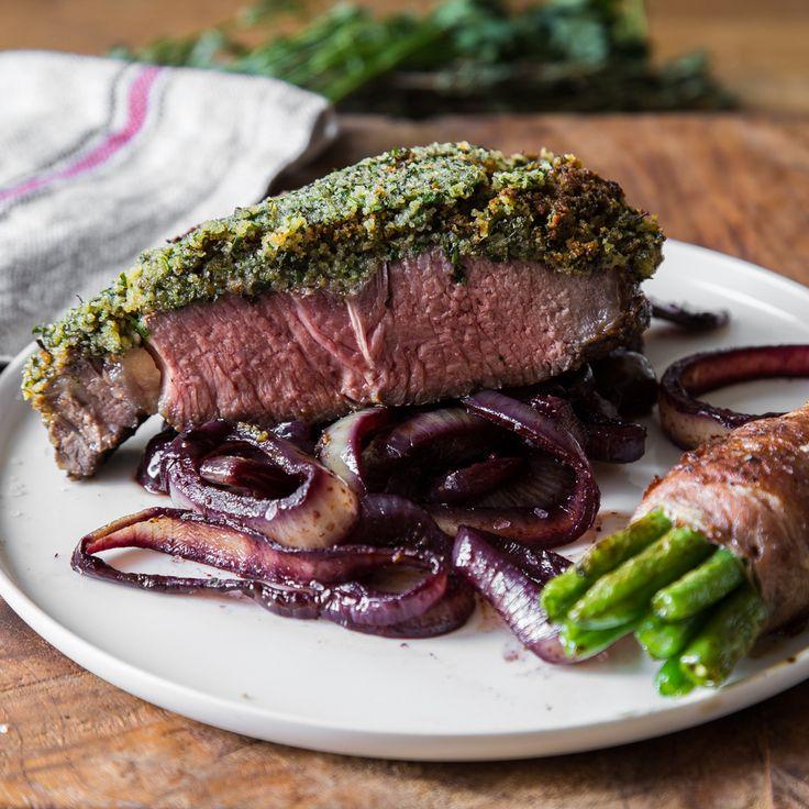 Ein saftiges Rib Eye Steak unter Kräuterkruste mit Rotweinzwiebeln und Bohnen im Speckmantel...wer kann da schon Nein sagen?