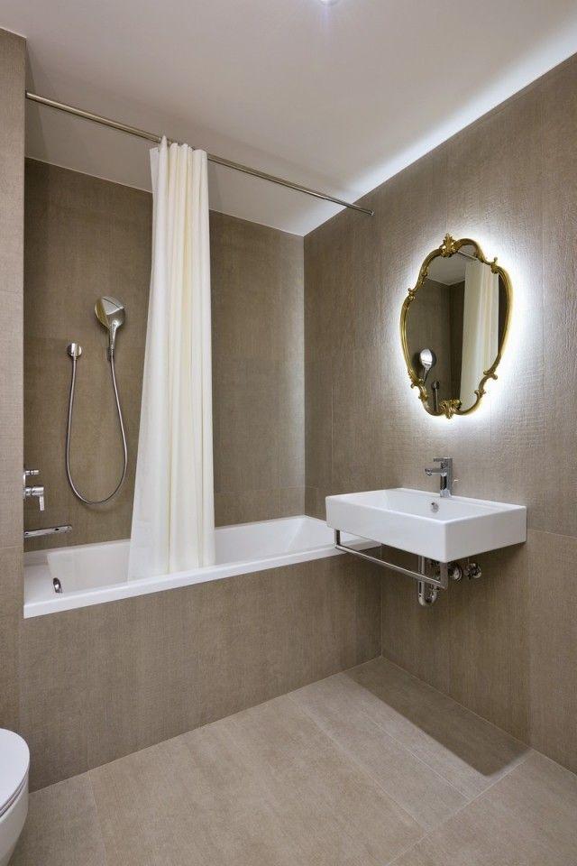 kleines bad feinsteinzeug fliesen braun badewanne duschvorhang spiegel hinterbeleuchtung