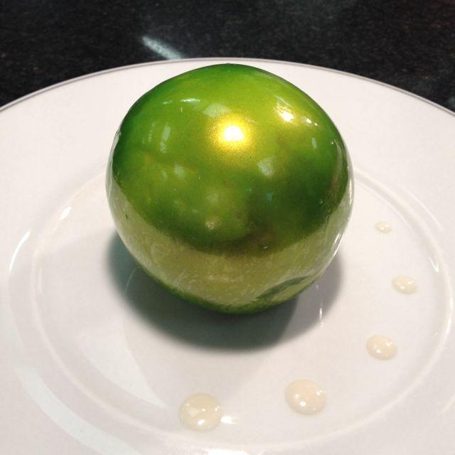 La pomme soufflée croustillante, crème glacée caramel, cidre et sucre pétillant Le Pré Catelan Paris par Fanny