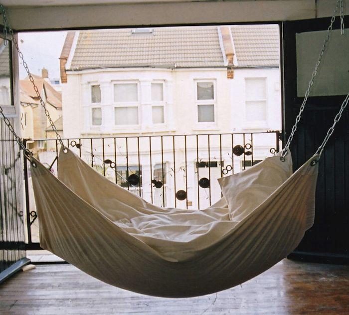 Een zomeravond is soms te warm om in bed te liggen. Met deze DIY maak je een ruime hangmat om die nachten lekker buiten door te kunnen brengen.