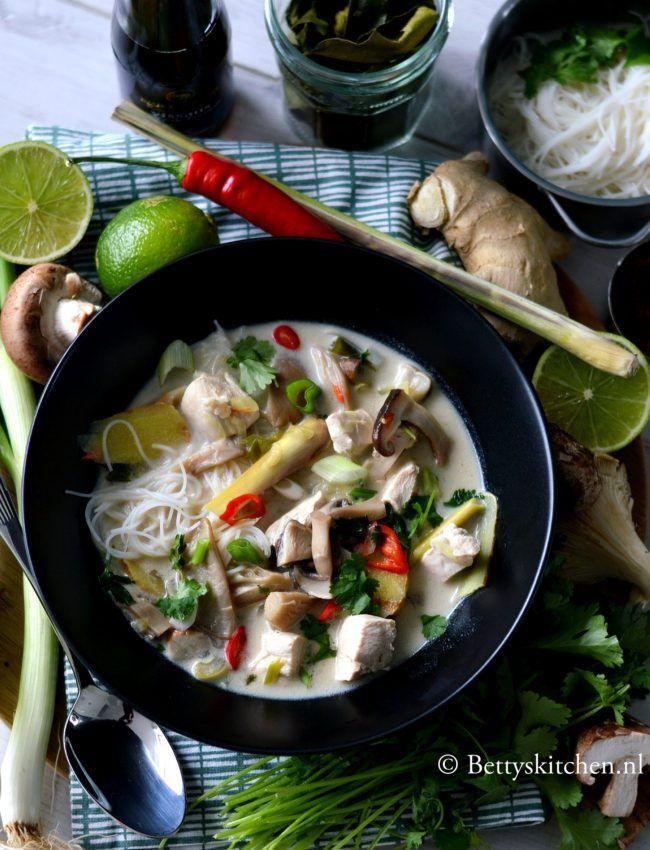 Thaise kokos soep met kip en noodles! (Tom Kha Kai)