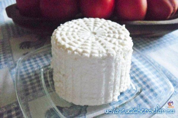 La ricotta fatta in casa è semplicissima da realizzare ed è la naturale conseguenza dopo aver preparato il formaggio fatto in casa; provateci anche voi!!!