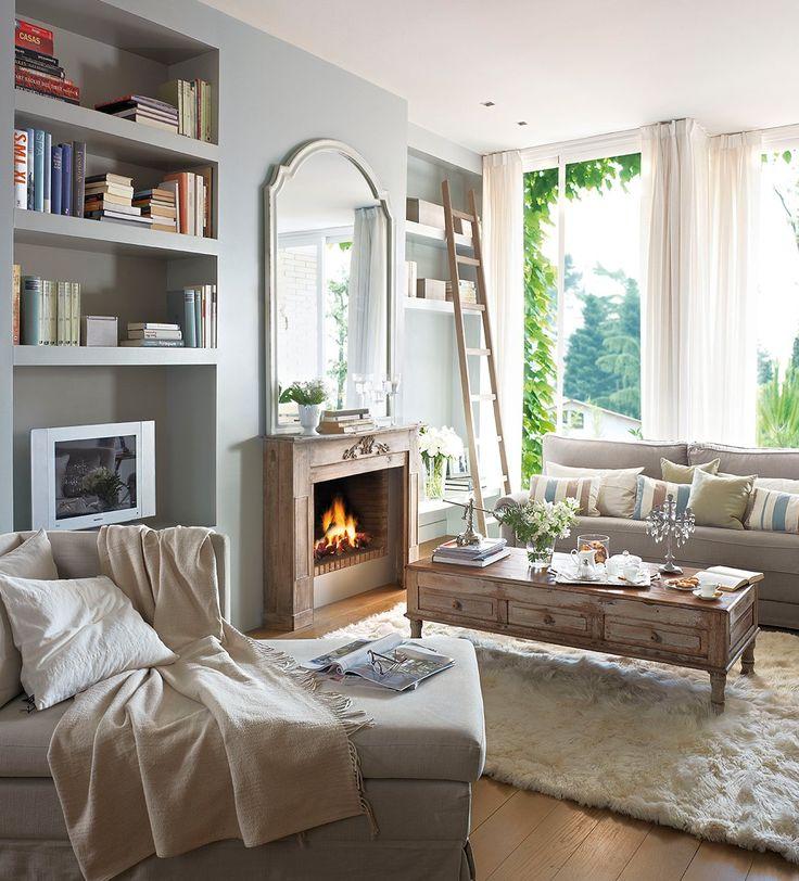 Salón con espejo encima de la chimenea y alfombra blanca. De obra y a medida