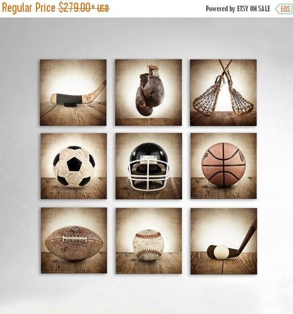 Este listado es para nueve Vintage deportes fotos sobre lienzo en formato cuadrado y varios tamaños por favor seleccionan su tamaño en el menú desplegable. Los tonos marrón angustiado añadirá tanta calidez y carácter al espacio. Estos le hacen una adición perfecta para la habitación de los niños, guardería o una cueva de hombre! 1. vintage solo béisbol Barnwood 2. vintage Football en Barnwood 3. vintage baloncesto en Barnwood 4. vintage balón en Barnwood 5. época de guantes de boxeo en…