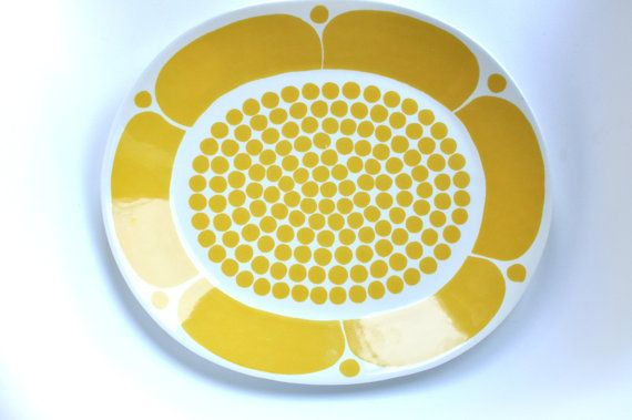 A vintage 1969 Arabia Finland serving platter by Finnish ceramics artist Birger Kaipiainen (BK). The Sunnuntai [1969-1974] pattern dinnerware is highly