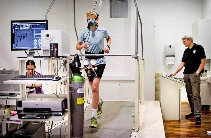 Anette Holländer (vas.)  ja liikuntafysiologi Jukka Kapanen valvovat suunnistusta harrastavan Eero Jallin kuntotestiä, missä pyritään maksimaaliseen hapenkulutukseen.