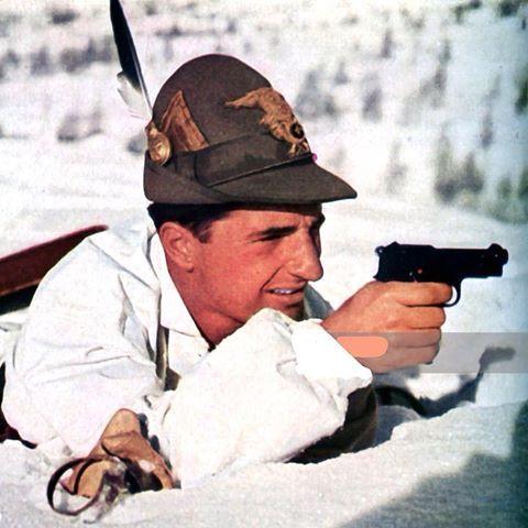 """Dalla rivista della Wehrmacht """"Signal"""" del 1941: un alpino del Monte Cervino con una pistola Beretta M34. From Wehrmacht magazine """"Signal"""" of 1941: an alpino of """"Monte Cervino"""" with a Beretta M34 gun. Pin by Paolo Marzioli"""