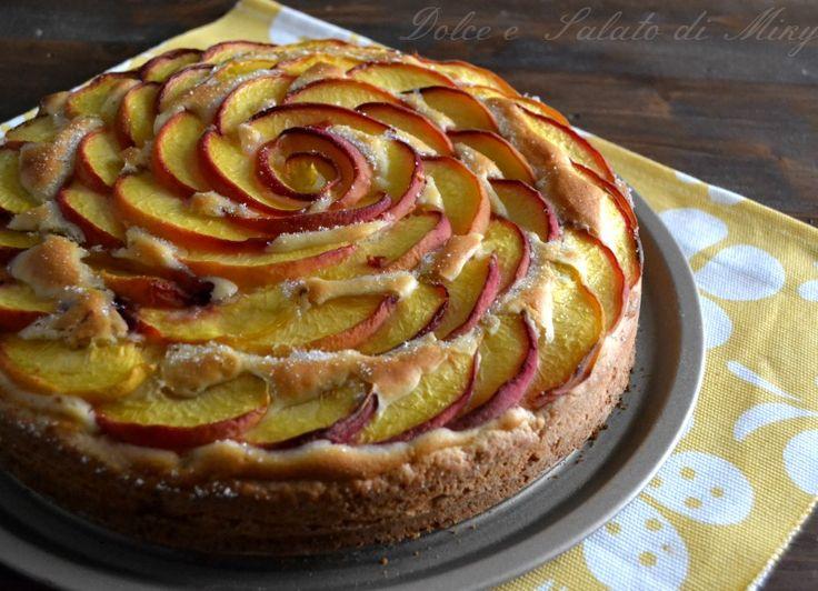 Torta fiore di pesche, una delle mie torte farcite, con base di frolla, pesche e torta di copertura molto soffice.