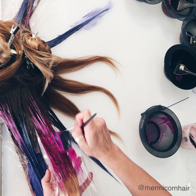 #интересное  Новая стильная прическа от креативных парикмахеров (12 фото)   Благодаря новой технике окраски волос, получившей название fluid hair painting («жидкостная окраска волос»), можно добиться более насыщенного цвета и такой же прически, как у русалки из мультфиль