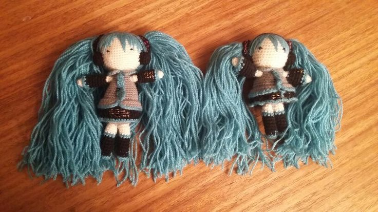 A la derecha mi primer amigurumi en la vida... Hatsune Miku, y a la izquierda una segunda Hatsune Miku, meses después