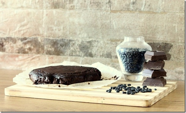 """Negli USA spopola la """"black bean cake"""" e seppur molto scettica l'ho voluta provare! Promossa a piani voti, la torta è squisita e ovviamente il sapore delicato dei fagioli non interferisce minimamente con zucchero e cioccolato!  Mentre leggevo in cucina la ricetta che mi ero appuntata mi rendo conto che non aveva latticini, grassi e farina, inizialmente pensavo fosse un mio errore invece sono proprio i fagioli a rendere l'impasto morbido e pastoso senza bisogno di aggiungere altro!"""