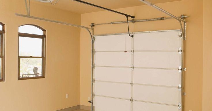 Cómo arreglar desperfectos en una puerta de garaje Craftsman. Hay varias cosas que pueden salir mal con una puerta de garaje Craftsman. Esta puede abrirse pero no cerrarse. Las luces del abridor de puerta pueden estar encendidas o apagadas. La correa de la puerta puede estar floja. A continuación hay algunos consejos para arreglar desperfectos de algunos posibles problemas.